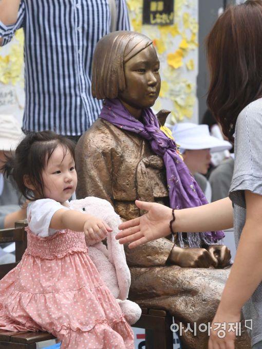 추석을 하루 앞둔 14일, 서울 종로구 일본대사관 앞 '평화의 소녀상' 옆에 어린아이가 앉아있다.(사진=백소아 기자)