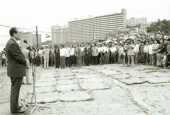 1983년 옥수로 확장공사 기공식. 뒷쪽으로 보이는 아파트가 옥수동 한남하이츠(자료:서울시 서울사진아카이브)