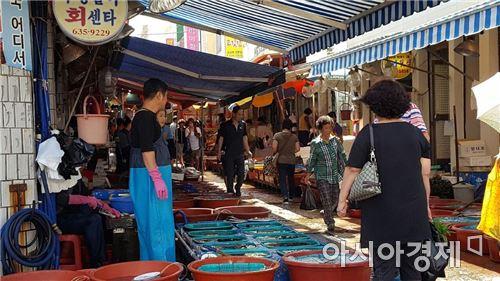 ▲추석 연휴, 경남 거제 고현시장의 모습. 생선을 파는 거리가 한산하다.