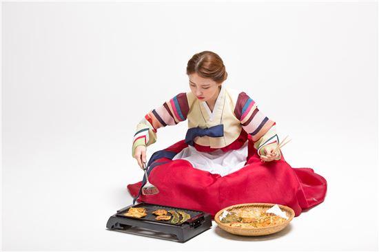 요리하다 작은 화상을 입었을 땐 식초를 적신 천조각, 페이퍼타월로 환부를 덮어둔다. (이미지 출처 = 게티이미지뱅크)