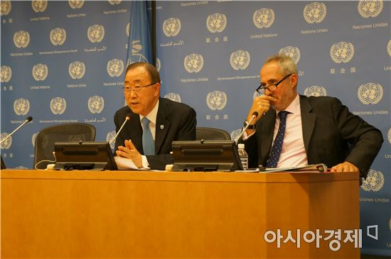 14일(현지시간) 반기문 유엔 사무총장(왼쪽)이 미국 뉴욕에 위치한 유엔 본부에서 유엔 총회 관련 기자회견을 하고 있다.