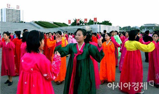 주말이 겹쳐 14일부터 닷새간의 연휴에 들어간 우리나라와 달리 북한에서는 원래 추석 당일(올해는 15일)만 공휴일이다.