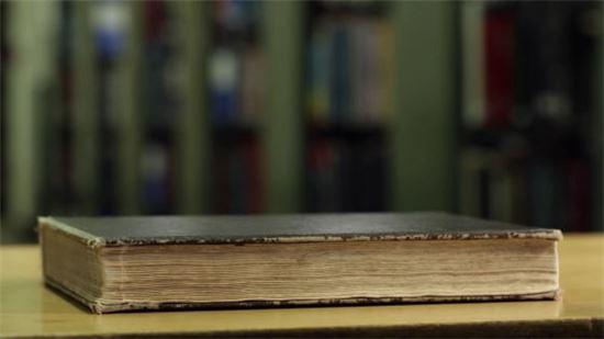 MIT 대학 연구진이 책장을 넘기지 않고도 책의 내용을 알 수 있는 기술을 개발했다. (이미지 = MIT랩 유튜브 영상 캡처)