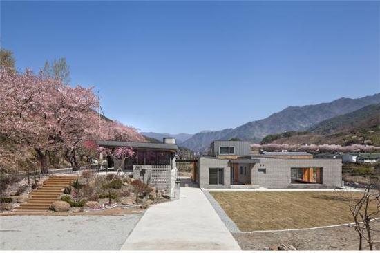 2016년 대한민국 신진건축사 대상 수상자인 한보영 건축사의 '하동 두 마당집+정금다리카페'.