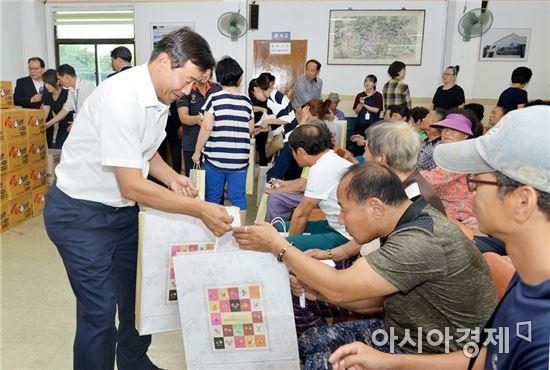 [포토]광주 남구, 수박등마을 사랑의 물품 나누기