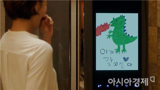 ▲삼성 '패밀리 허브' 냉장고 신규 TV 광고 모습.(제공=삼성전자)