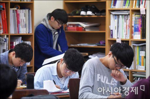 [포토]'열공 중!'