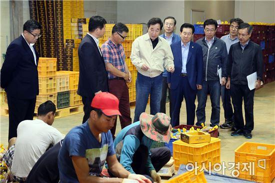 [포토]이낙연 전남지사,고구마 생산가공업체·양파이용 간장제조업체 방문