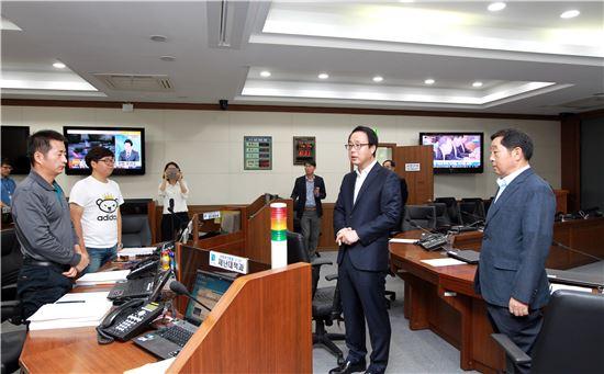 정기열 경기도의회 의장(오른쪽 두번째)이 경기도 재난안전대책본부를 찾아 직원들을 격려하고 있다.