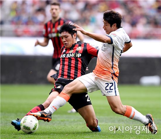 [포토]김남춘-이근호, '누구 발이 먼저?'