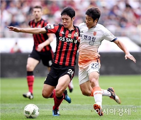[포토]김남춘-이근호, '팽팽한 몸싸움'