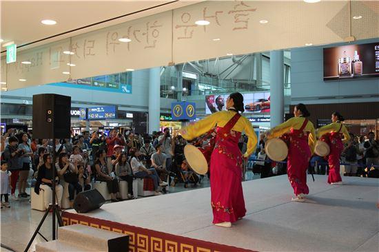 지난 14일 인천공항 3층 출국장 내 한국전통문화센터에서 외국인 여객들이 장구춤 등 전통문화 공연을 관람하고 있다.