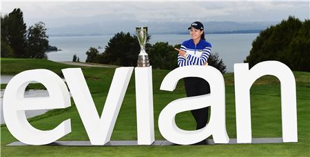전인지가 에비앙챔피언십 우승 직후 트로피를 손가락으로 가리키며 포즈를 취하고 있다. 에비앙(프랑스)=LPGA