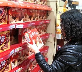 중국 소비자가 오리온 제품을 고르고 있다.,<사진=오리온>
