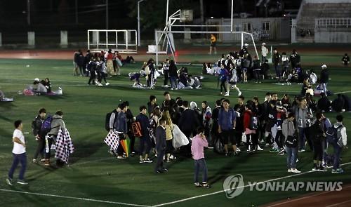 9월19일 오후 8시33분쯤 경북 경주시에서 발생한 규모 4.5의 여진에 동국대학교 학생들이 학교 운동장으로 대피 하고 있다.(사진=연합뉴스)