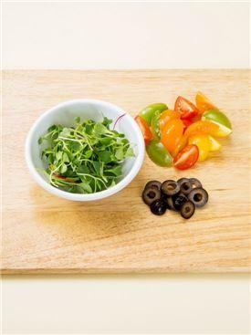 2. 방울토마토는 4등분하고 샐러드 채소는 씻어서 건지고 올리브는 슬라이스한다.