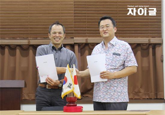 이진희 자이글 대표(사진 오른쪽)는 20일 자이글 서울 강서구 본사에서 일본 TUF(대표 나카노 요시타카, NAKANO YOSHITAKA)와 약 245만달러 규모의 수출 계약을 체결했다. 자이글은 이번 계약으로 일본 내 인기 제품 '자이글 웰빙'과 일본 맞춤 전략 제품 '자이글 미'니 등 주요 제품을 수출한다.