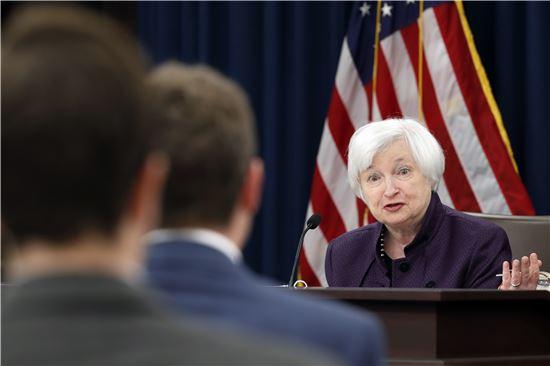 ▲재닛 옐런 연방준비제도(Fed) 의장이 9월 연방공개시장위원회(FOMC) 직후 기자회견을 갖고 기자들의 질문에 대해 대답하고 있다. (AP = 연합뉴스)