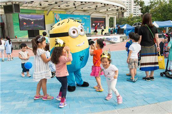 '2016 양천예술제'에 참여한 아이들이 미니언즈 캐릭터 인형을 보고 즐거워하고 있다.