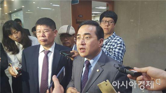 국회 정론관에서 미방위 국정감사가 파행된 문제에 대해 브리핑을 마치고 나온 박홍근 더불어민주당 의원(오른쪽)과 김경진 국민의당 의원(왼쪽).