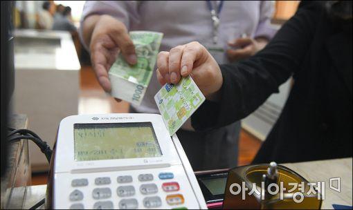 청탁금지법이 시행된 지난달 28일 서울 시내 한 음식점에서 직장인들이 카드와 현금으로 각자의 식대를 지불하고 있다.(아시아경제 DB)
