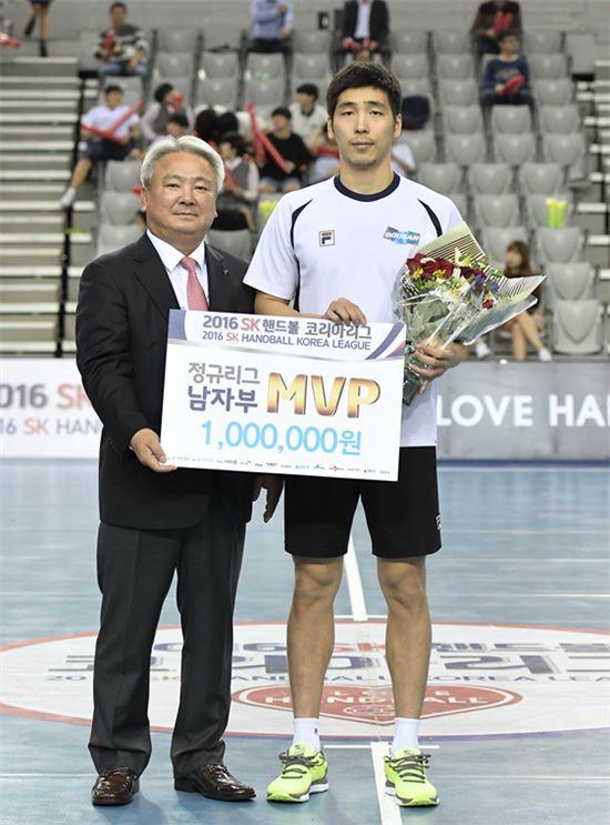 정규리그 남자부 MVP 윤시열 [사진=대한핸드볼협회 제공]