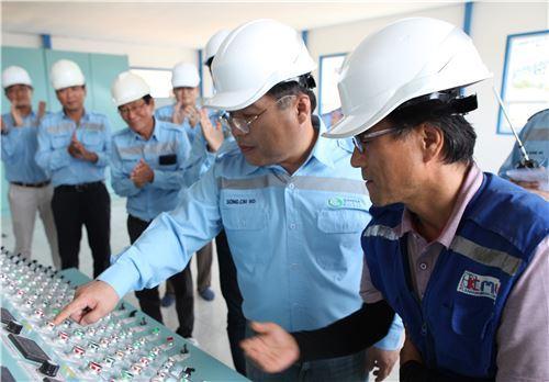 ▲송치호 LG상사 대표(오른쪽에서 두번째)가 인도네시아 감(GAM) 광산의 시험생산 가동을 위해 광산의 생산설비를 조작하는 제어 장치를 누르고 있다.