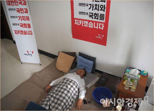 [포토]휴식 취하는 이정현 대표