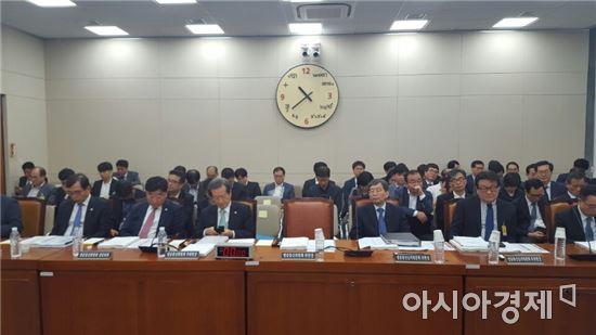 27일 오전 10시 예정된 미방위 국정감사장에 최성준 방송통신위원회 위원장이 불참했다.