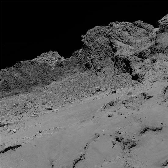▲로제타 탐사선이 9월30일 충돌하기 직전 혜성 상공 16km에서 촬영한 이미지이다.[사진제공=ESA]