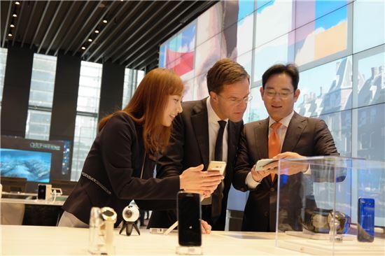 마르크 뤼터(Mark Rutte) 네덜란드 총리와 이재용 삼성전자 부회장이 지난달 27일 삼성 서초사옥에서 스마트폰 제품을 살펴보고 있다.