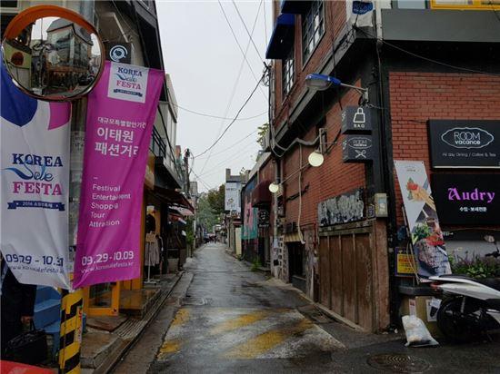 2일 오후 서울 용산구에 위치한 이태원 패션거리는 방문객들이 없어 스산한 분위기를 자아냈다.
