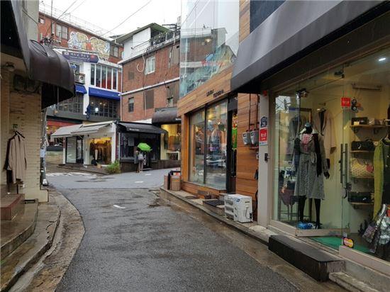 2일 오후 서울 용산구에 위치한 이태원 패션거리 모습.