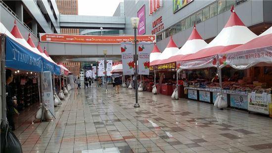 2일 서울역 롯데마트와 롯데아웃렛을 연결하는 야외 행사장에는 비까지 쏟아져 오가는 고객들이 뜸했다.