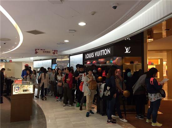 중국 국경절 연휴인 지난 3일 서울 소공동 롯데면세점 본점에서 중국인 관광객들이 루이뷔통 매장 앞에서 대기하고 있다.
