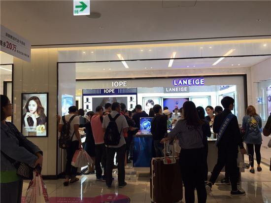 """[세일페스타 르포]""""한국은 쇼핑 천국""""…요우커가 접수한 '시내면세점'"""