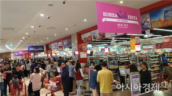 2일 오후 찾은 롯데몰 김포공항 점 내 위치한 롯데마트 계산대에 많은 고객들이 몰려있는 모습. 사진=이주현 기자.