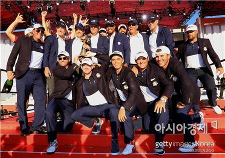 미국팀이 41번째 라이더컵에서 8년 만의 정상탈환에 성공한 뒤 우승컵을 들고 환호하고 있다. 채스카(美 미네소타주)=Getty images/멀티비츠