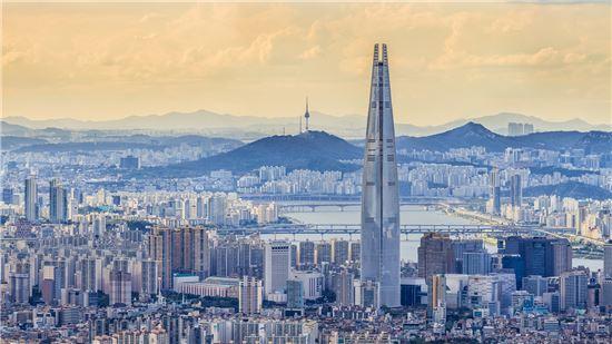 롯데월드타워, 올해 말 완공에 속도…123층 555m 외관 완성