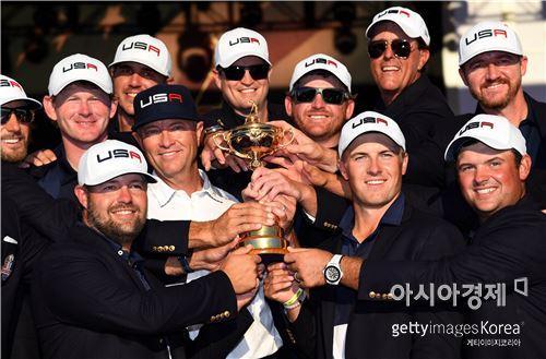 미국선수들이 41번째 라이더컵에서 8년 만의 정상탈환에 성공한 뒤 우승컵을 들고 기념 촬영을 하고 있다. 채스카(美 미네소타주)=Getty images/멀티비츠