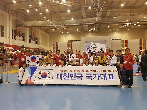 세계품새선수권대회에서 우승을 차지한 한국 대표팀 [사진=세계태권도연맹 제공]