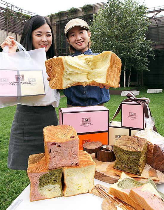 3일 현대백화점 무역센터점에서 모델들이 교토마블의 '64겹 데니시 식빵'을 소개하는 모습