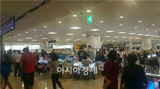 3일 서울 신도림 테크노마트 일대의 휴대폰 판매점이 손님들로 붐비고 있다.