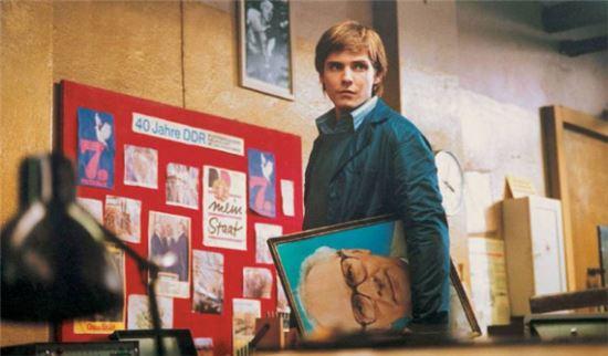 알렉스는 어머니를 위해 통일 된 독일에서 거꾸로 동독의 번영과 이상을 꾸며내기 시작한다. 사진 = 영화 '굿바이 레닌' 스틸 컷