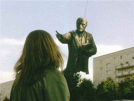 영화 제목과 같이 철거되는 레닌 동상의 풍경에서 동독을 지탱해왔던 많은 것들이 송두리째 뽑혀나가고, 그 자리를 순식간에 메우는 자본주의의 물결을 통해 독일 통일의 명암이 선연히 드러나게 된다. 사진 = 영화 '굿바이 레닌' 스틸 컷