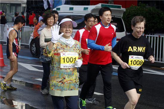 신연희 강남구청장이 국제평화마라톤대회에서 달리기를 하고 있다.
