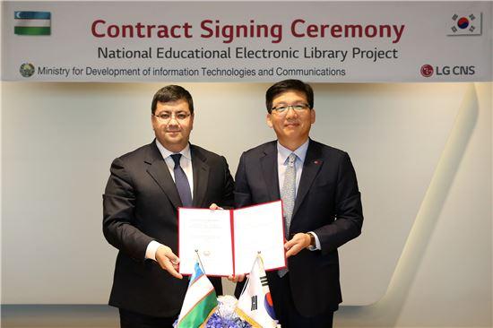미르자키도프(Mirzakhidov K.M) 우즈베키스탄 정보통신기술개발부 장관(왼쪽)과 박진국 LG CNS 금융/공공사업부장(전무)