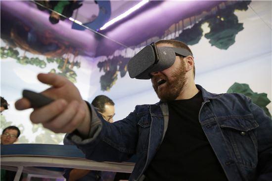 구글의 첫 VR 단말기인 데이드림(사진=AP연합)
