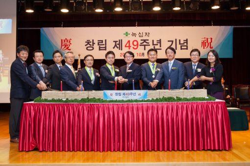 허일섭 녹십자 회장(오른쪽에서 5번째)과 임직원들이 5일 경기도 용인의 녹십자 본사에서 열린 49주년 창립기념식에서 축하떡을 자르고 있다.