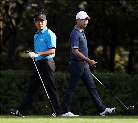 김시우(오른쪽)와 최경주가 현대해상 최경주인비테이셔널 첫날 동반플레이를 펼치고 있다. 사진=KGT